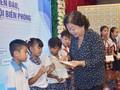 Nguyên Phó Chủ tịch nước Trương Mỹ Hoa trao học bổng Vừ A Dính tại Bạc Liêu