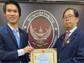 """มอบเข็มที่ระลึก """"เพื่อสันติภาพและมิตรภาพระหว่างประชาชาติ"""" ให้แก่กงสุลใหญ่ไทย ณ นครโฮจิมินห์"""