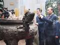 Nguyên Xuân Phuc offre de l'encens aux temples des rois Hùng