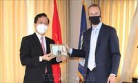 Kedubes Vietnam untuk AS memberikan masker kepada Badan Pengembangan Keuangan Internasional AS