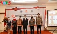 Acara menyampaikan hadiah sayembara pembuatan logo peringatan ultah ke-65 hubungan diplomatik Vietnam-Indonesia