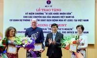 "Kementerian Kesehatan Vietnam memberikan lencana peringatan ""Demi kesehatan rakyat"" kepada 3 pakar asing"