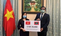 Memberikan bingkisan Pemerintah Vietnam kepada Pemerintah dan rakyat Maladewa untuk mencegah dan menanggulangi wabah Covid-19