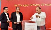Pimpinan Pemerintah mengumpulkan donasi untuk mendukung warga Vietnam Tengah