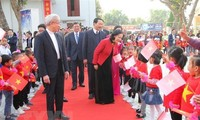 Kepala Departemen Penggerakan Massa Rakyat KS PKV, Truong Thi Mai Mengunjungi dan Mengucapkan Selamat Hari Natal di Provinsi Gerejani Thanh Hoa