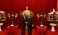 Terima Piala Lac Hong sehubungan dengan Kongres Nasional ke-13 PKV