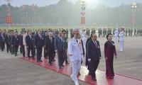 Para Utusan Kongres Nasional ke-13 PKV Berziarah kepada Mousoleum Presiden Ho Chi Minh