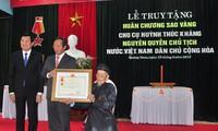 Entregan medalla de la estrella dorada al expresidente interino Huynh Thuc Khang