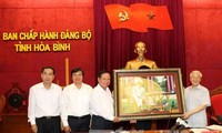 Máximo líder político de Vietnam visita provincia de Hoa Binh