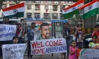 Pakistán entrega al piloto capturado a la India