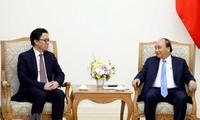 Jefe del Gobierno vietnamita recibe al saliente embajador de Camboya