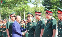 Jefe del Gobierno vietnamita visita a soldados estacionados en zona sureña