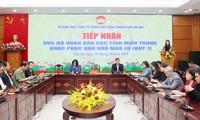 Ciudadanos vietnamitas muestran su solidaridad hacia los compatriotas afectados por las inundaciones en la región central
