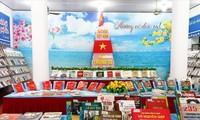 Inauguran exposición de fotos y libros sobre el desarrollo nacional en Can Tho