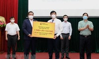 Empresas importantes de Vietnam prestan apoyo económico y vacunas para la lucha contra el covid-19