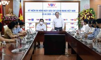El líder del sector de propaganda y educación visita la Voz de Vietnam