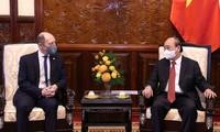 El jefe de Estado de Vietnam recibe a nuevos embajadores