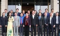 Presidenta de Parlamento de Vietnam se reúne con jóvenes empresarios