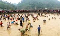 Celebran festival de capturar peces a mano en Tuyen Quang
