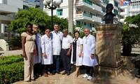Vietnam recibe a otros dos experimentados médicos cubanos
