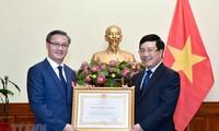 Entregan Orden de Trabajo de primera clase al embajador saliente de Laos