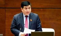 Ministro de Planificación e Inversión de Vietnam presenta informes sobre importantes proyectos de leyes