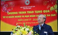 Entregan regalos de Tet a los necesitados en provincia de Nam Dinh