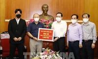 Entrenador surcoreano contribuye al fondo para el control del Covid-19 en Vietnam