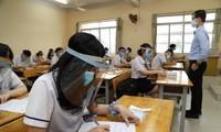 Alumnos vietnamitas regresan a escuelas