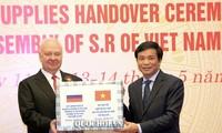 Asamblea Nacional de Vietnam otorga suministros médicos a parlamentos extranjeros