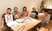 Clase especial de dibujo para personas mayores en Hanói