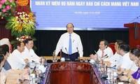 Jefe del Gobierno de Vietnam visita la sede del periódico Nhan Dan