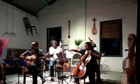 Disfrutar de melodías instrumentales de América Latina en un espacio antiguo de Hanói