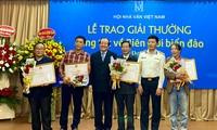 Entrega de premios a las composiciones literarias sobre las fronteras e islas de Vietnam