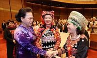 Presidenta del Parlamento vietnamita recibe a los mejores representantes del modelo nacional de aprendizaje