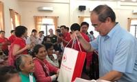 越南全国各地纷纷举行照顾人民过好年活动