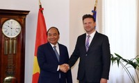 阮春福会见捷克议会众议院主席冯德拉切克
