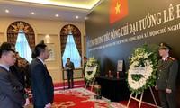 越南驻各国大使馆为原越南国家主席黎德英举行悼念仪式并设置悼念簿