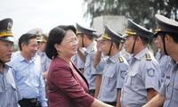 越南国家副主席邓氏玉盛探望海军第四军区和驻金兰基地海军单位