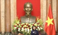 邓氏玉盛会见永隆省为国立功者和退伍军人代表团