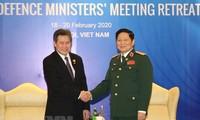 越南国防部长吴春历会见东盟秘书长、柬埔寨国防大臣