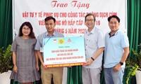 越南友好组织联合会胡志明市分会助力当地学校抗击疫情