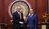 胡志明市市委书记阮善仁会见美国驻越大使丹尼尔•克里滕布林克