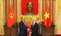 前国家主席阮富仲与新任国家主席阮春福进行工作交接