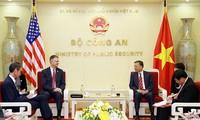 越南公安部部长苏林会见美国驻越大使克里滕布林克