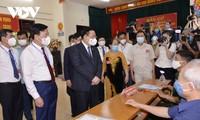 越南国会主席王庭惠视察河内市东英县和海阳省京门市选举工作