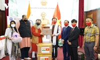 向印度、尼泊尔人民移交越南佛教徒捐赠的防疫物资和资金