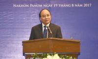 Nguyen Xuan Phuc rencontre des hommes d'affaires vietnamiens en Thaïlande