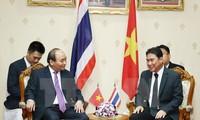 Le Premier ministre Nguyen Xuan Phuc rencontre le gouverneur de Nakhon Pathom