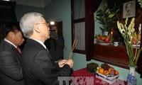 Offrandes de batonnets d'encens à la mémoire du président Ho Chi Minh